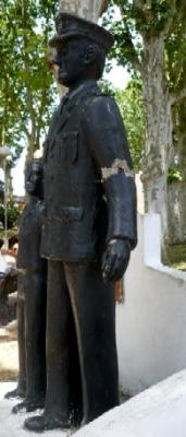 20100225191543-policia-monumento-canelones-001.jpg