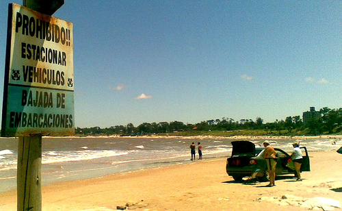 20100122012549-auto-en-playa-atlantida.jpg